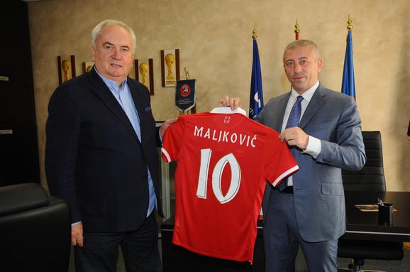 Slaviša Kokeza predaje dres Srbije sa brojem 10 Božidaru Maljkoviću