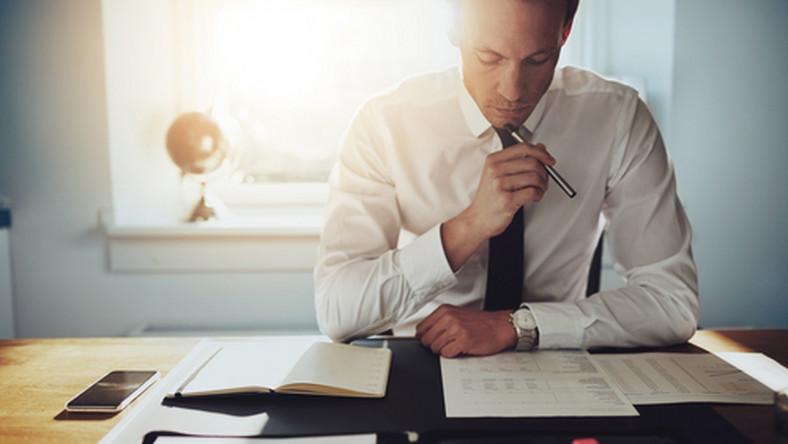 praca, biuro, dokumenty, umowa, pracownik/ fot. Shutterstock