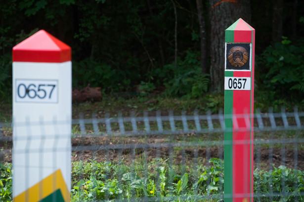 Słupy graniczne Litwy i Białorusi w Dziewiniszkach, 19 bm. miejscowości, w której rząd Litwy planuje zasiedlić nielegalnych imigrantów z Białorusi.