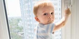 Roczny chłopiec wypadł z okna. Przypadek uratował mu życie