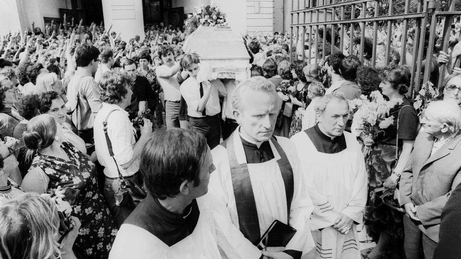 Warszawa, 1983 r. Pogrzeb Grzegorza Przemyka. Nz. od lewej: ks. Jerzy Popiełuszko, ks. Jan Sikorski