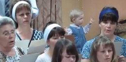 Dziecko dyryguje chórem!