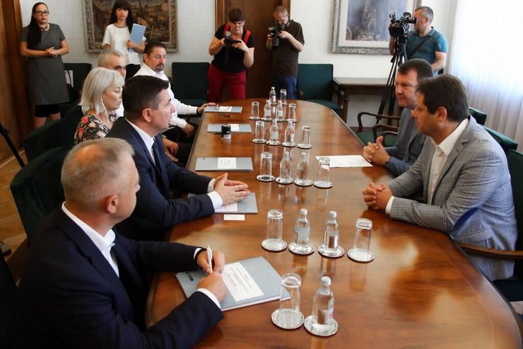 Igor Mirović prilikom uručenja ugovora