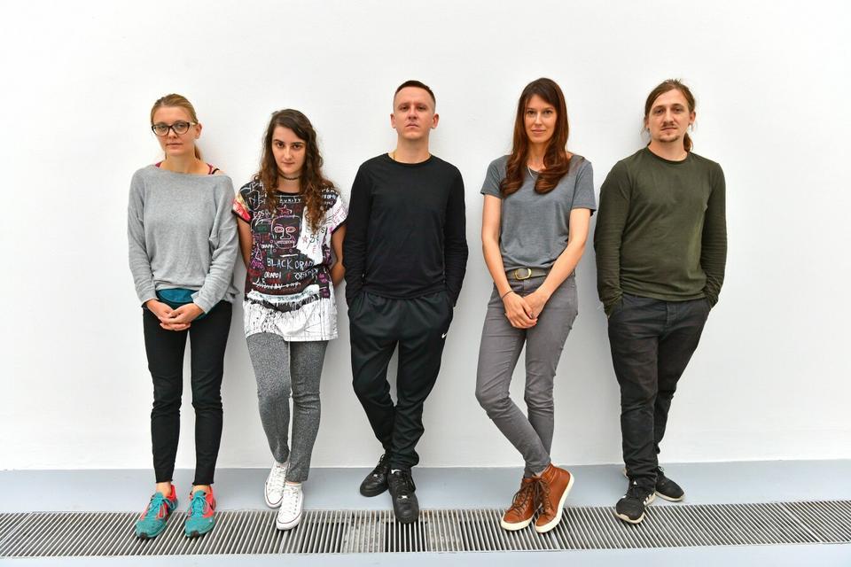 """Finaliści konkursu """"Spojrzenia 2017 – Nagroda Deutsche Bank"""" - od lewej: Honorata Martin, Agata Kus, Przemek Branas, Ewa Axelrad, Łukasz Surowiec."""