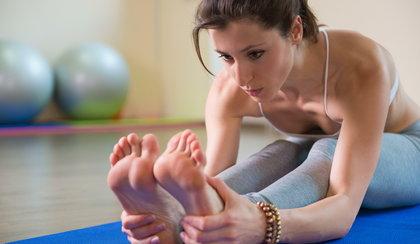 Najlepsze ćwiczenia na płaski brzuch. Możesz wykonać je w domu