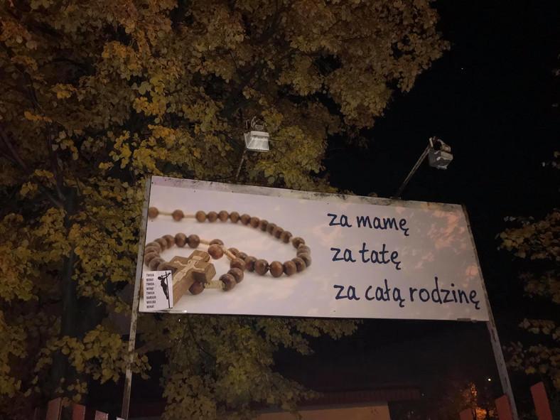 Plakaty na banerach kościelnych.