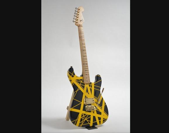 Gitara fotografisana na svetloj pozadini