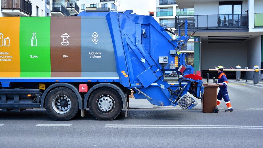 Opłaty za wywóz śmieci wciąż rosną. Skargi od spółdzielni i prokuratora okręgowego w Warszawie