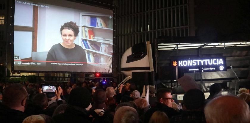 Protesty w obronie sędziów. Przemówiła do nich Tokarczuk!
