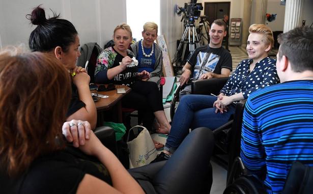 Rodzice i opiekunowie osób niepełnosprawnych protestujący od 18 kwietnia w Sejmie domagają się realizacji dwóch głównych postulatów.