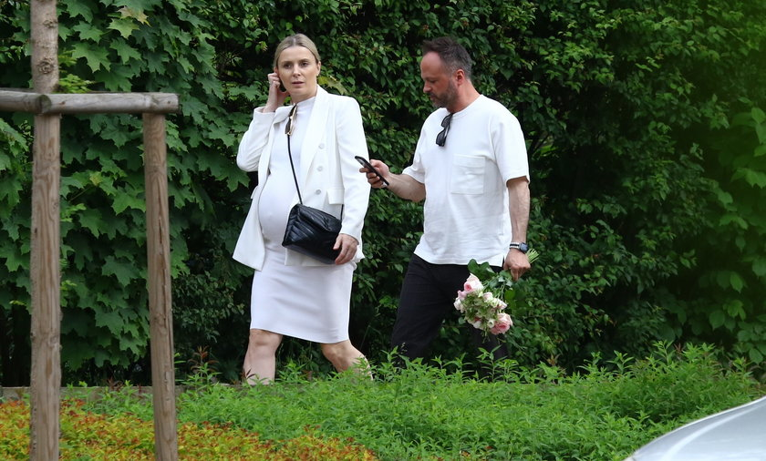 Halinka Mlynkova w ciąży na spacerze z partnerem Marcinem Kindlą.