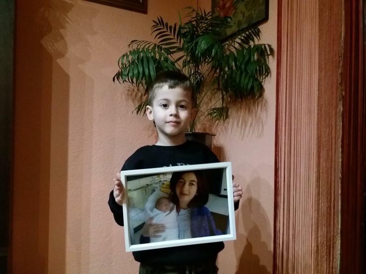 nikola sa slikom majke i sebe nakon rodjenja foto b majstorovic