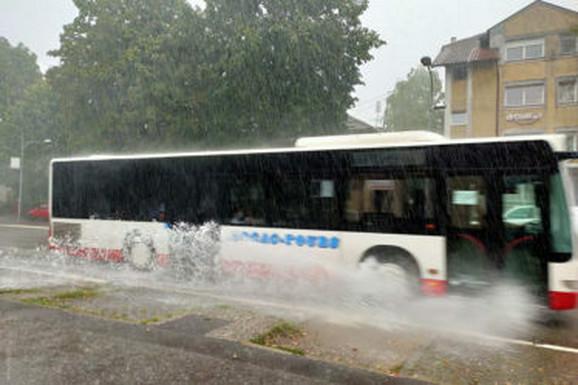 GRAD U KOJEM JE PALO NAJVIŠE KIŠE Voda napravila haos na ulicama Banjaluke (FOTO, VIDEO)