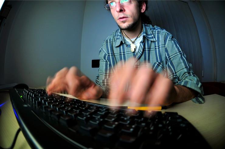 Novi Sad 1922 freelance programer haker racunar kompjuter internet drustvene mreze foto Robert Getel_preview