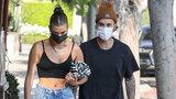 Żona Justina Biebera założyła kurtkę od Sary Boruc. Co za stylizacja!