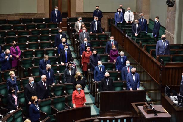 Polska podpisała konwencję w grudniu 2012 r., a ratyfikowała - w 2015 r. Przy ratyfikacji złożono do niej cztery zastrzeżenia, które ostatecznie wygasną 1 lutego 2021 r., o ile przed 31 stycznia przyszłego roku nie zostanie złożona odpowiednia notyfikacja w sprawie ich utrzymania lub zmiany.