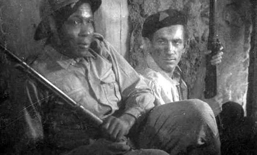 """To zdjęcie przedstawia Augusta Agbalę O'Browna, ale nie zostało wykonane w czasie powstania, lecz przy kręceniu filmu """"Żołnierz zwycięstwa"""", w którym O'Brown wystąpił jako statysta."""