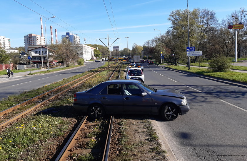 Kim jest kierowca, który mercedesem zablokował tramwaje?
