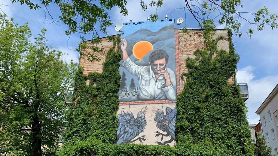 Mural upamiętniający poetę Edwarda Stachurę w Warszawie