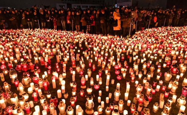 Paweł Adamowicz rządził Gdańskiem nieprzerwanie od 1998 r. W ostatnich wyborach wygrał w II turze z kandydatem PiS Kacprem Płażyńskim, zdobywając dwie trzecie głosów. Prezydent został zaatakowany nożem przez 27-letniego Stefana W. w niedzielę wieczorem na scenie podczas finału Wielkiej Orkiestry Świątecznej Pomocy. Walka o jego życie nie powiodła się. Samorządowiec zmarł w poniedziałek 14 stycznia. Miał 53 lata.