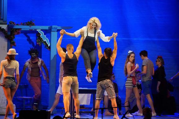 Mjuzikl Mamma Mia na otvaranju Beogradske letnje scene
