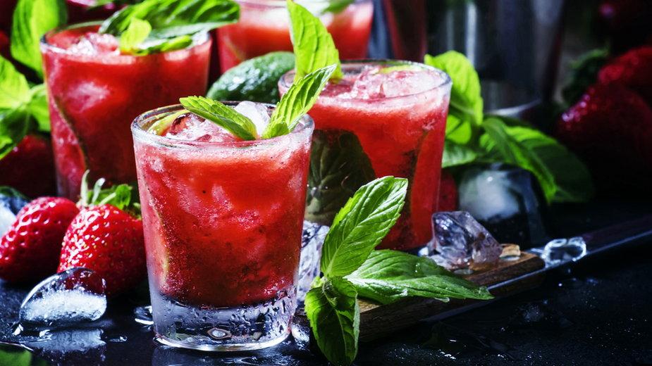 Truskawkowe mojito bez alkoholu (zdjęcie ilustracyjne)
