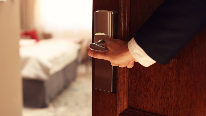 Pobyt w miejscu oferującym usługi hotelarskie w majówkę 2021 może grozić karą, jeśli nie jesteśmy na liście wyjątków od zakazu.