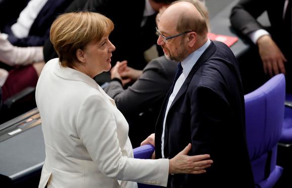 Merkelova razgovara sa Martinom Šulcom, članom Bundestaga