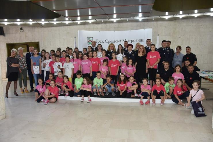 Učesnici svečanosti dodele nagrada na konkursu ''Osnovi bezbednosti dece''