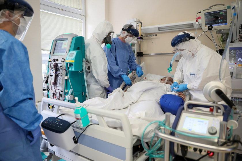 Pandemia trwa, a ministerstwo proponuje lekarzom niższe zarobki
