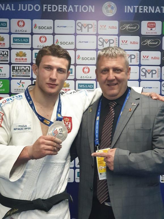 Nemanja Majdov sa osvojenom srebrnom medaljom