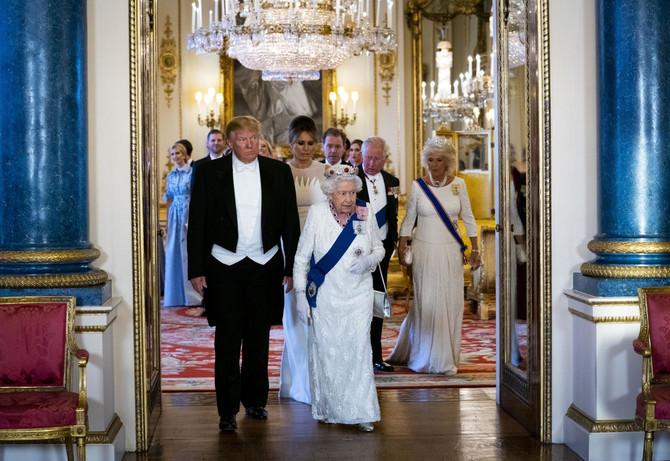 Kraljica Elizabeta II i Donald Tramp na svečanom banketu u Londonu