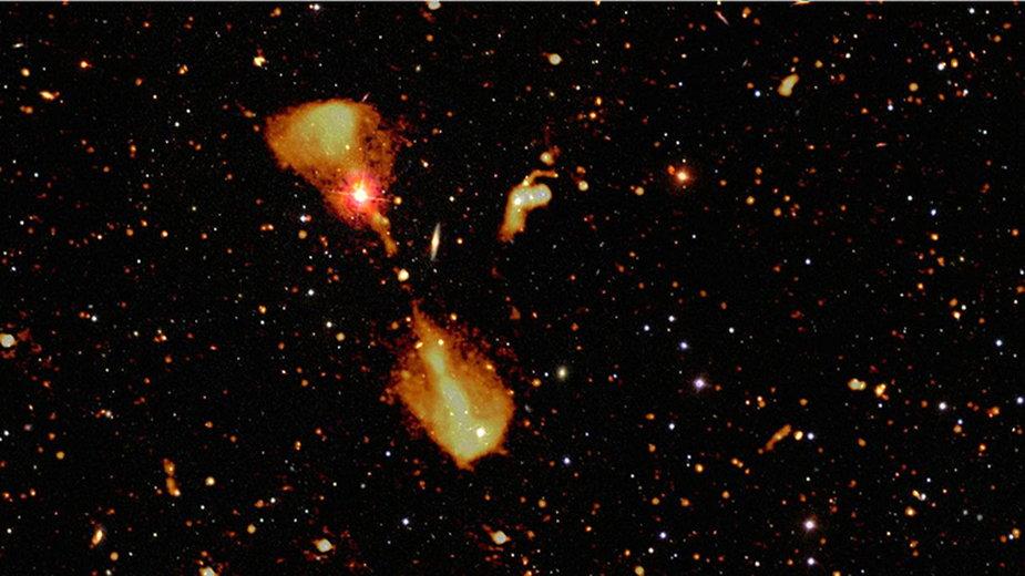 Obraz galaktyk radiowych z głębokiego przeglądu nieba LOFAR Elais-N1, nałożony na optyczne zdjęcie tego samego wycinka nieba