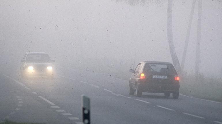 Na jakich światłach jeździmy we mgle?