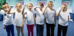 Dzieci uczą się języka migowego