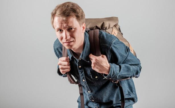 Mężczyzna z plecakiem na plecach
