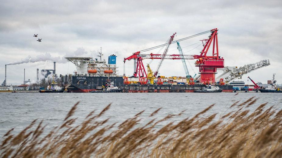 """Rosyjski statek """"Fortuna"""" widziany w porcie przed wznowieniem budowy Nord Stream 2 w Wismarze w Niemczech"""