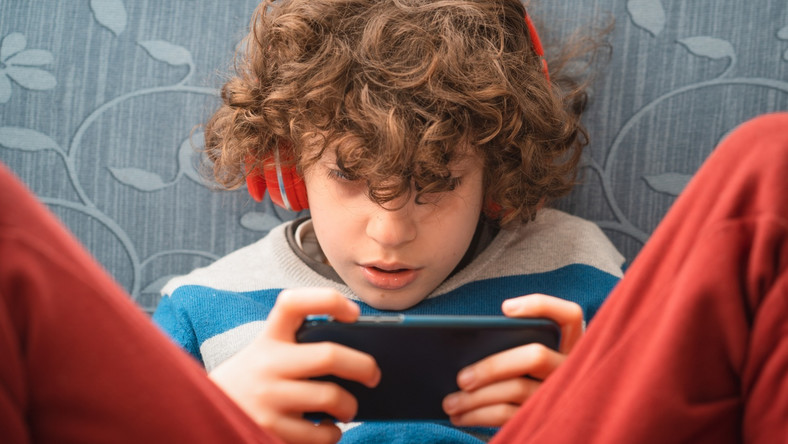 Dziecko ze smartfonem