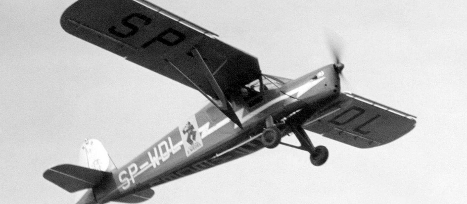 Samolot SP-WDL w locie. Maszyna typu RWD-13 była wykorzystywana do transportu wyrobów, jak i akcji promocyjnych. Zdjęcie z 1936 r.