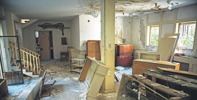 Drže se samo zidovi i stepeništa, sve ostalo je ruinirano