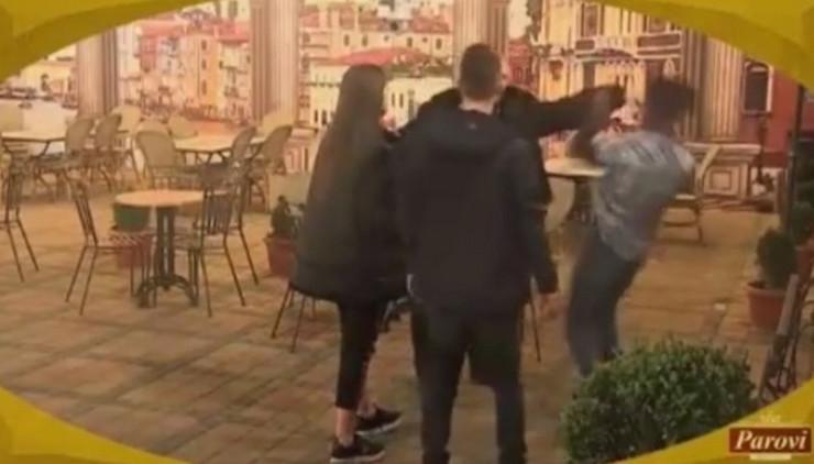 """ISPLIVAO UZNEMIRUJUĆI SNIMAK BRUTALNE TUČE Učesnik """"Parova"""" završio u bolnici sa 15 KOPČI"""