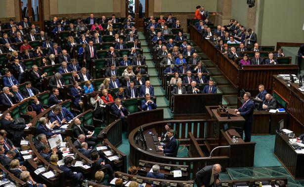 Posłowie PO: Czesław Mroczek i Marcin Kierwiński zażądali w poniedziałek zakończenia prac powołanej przy MON podkomisji, która ponownie bada przyczyny katastrofy smoleńskiej.