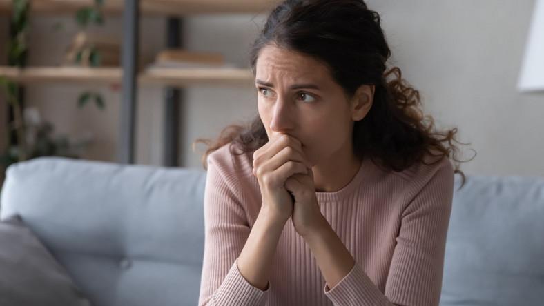 Zestresowana kobieta przy komputerze