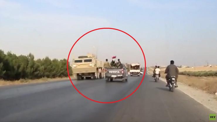 (VIDEO) NEOBIČAN SUSRET DVIJE SUPARNIČKE VOJSKE NA ULAZU U KOBANI! Američke trupe i snage SAA prošle jedne pored drugih: Prvi napuštaju bojište po nalogu Donalda Trampa, drugi ulaze u grad po Sporazumu između Damaska i kurdskih predstavnika!