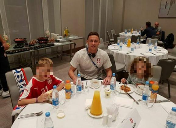 Nemanja Matić sa ćerkom i sinom u Rusiji