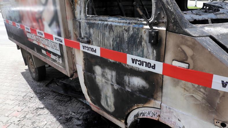 Spalona furgonetka z hasłami i plakatami przeciw aborcji przed Szpitalem Bielańskim w Warszawie