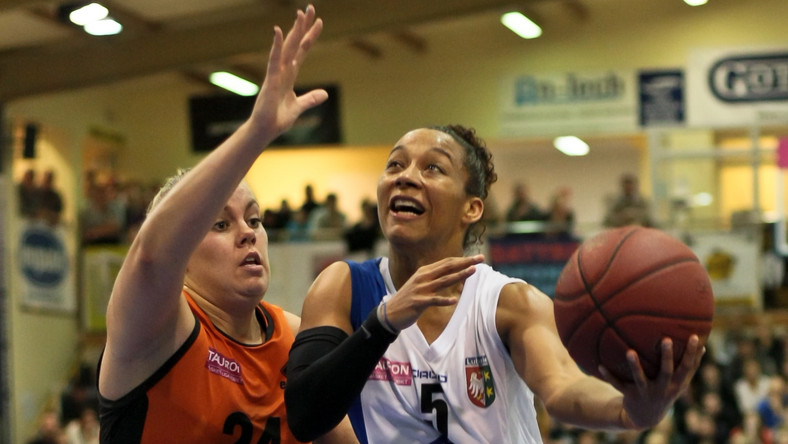 Shraenee Zoll (P) z KSSSE AZS PWSZ oraz Helena Sverrisdottir (L) z CCC Polkowice przy piłce podczas meczu Tauron Basket Ligi