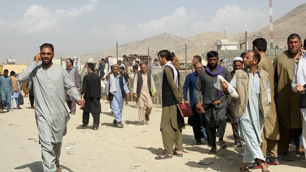 Tłum przed lotniskiem w Kabulu