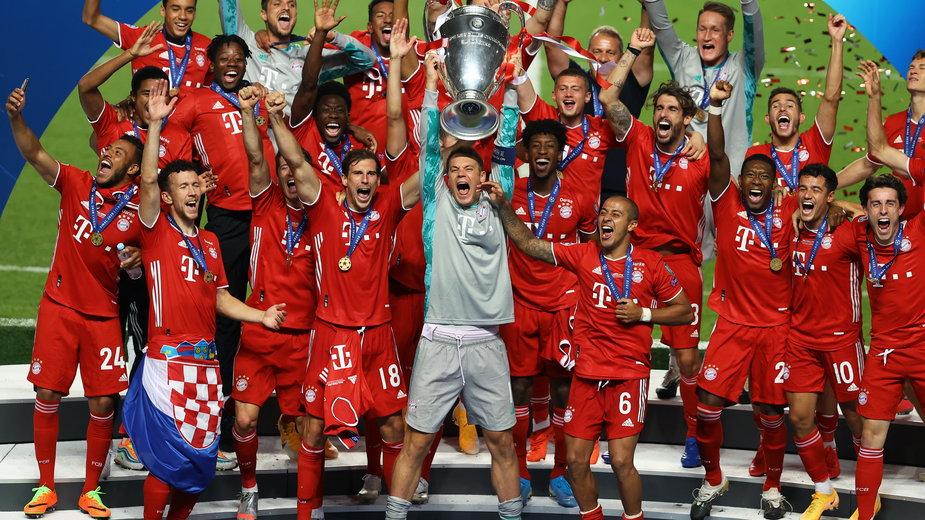 Piłkarze Bayernu Monachium z trofeum za wygranie Ligi Mistrzów