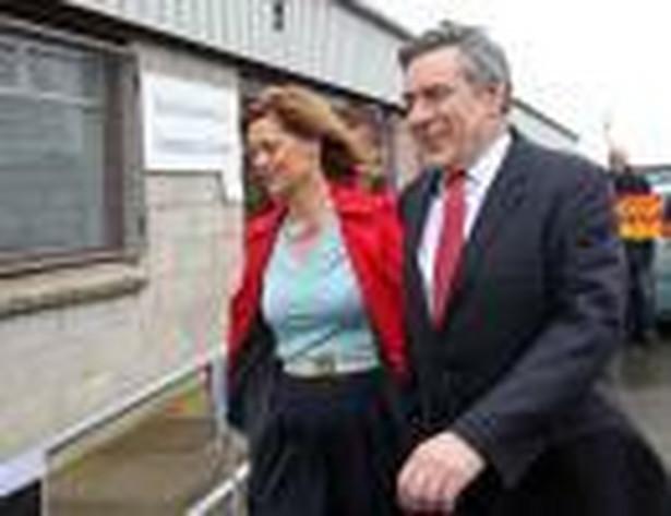 Premier Wielkiej Brytanii Gordon Brown z żoną udają się na głosowanie